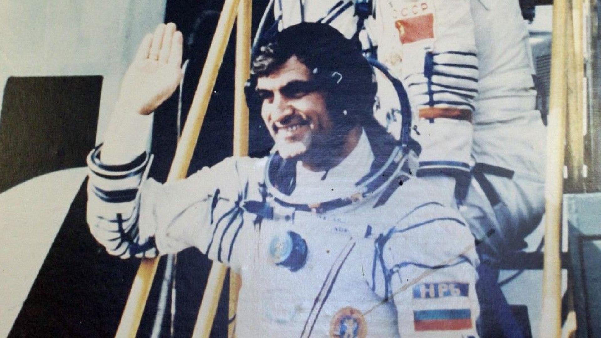 Александър Александров на път към ракетата