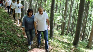 Нинова честити рождения ден на Радев със снимка от гората