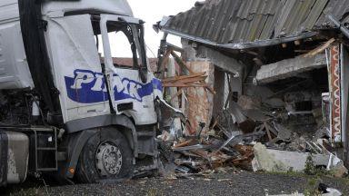 Шофьор на ТИР загина при удар в дърводелски цех