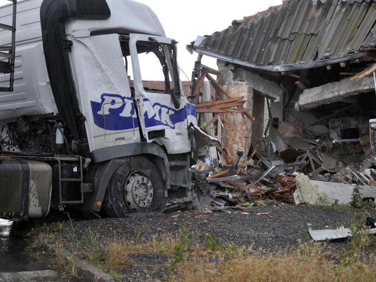 Шофьор на ТИР загина при удар в дърводелски цех  (снимки)