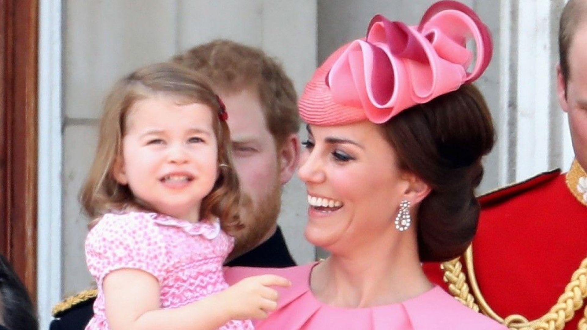 Принцеса Шарлот винаги в тон с майка си (снимки)