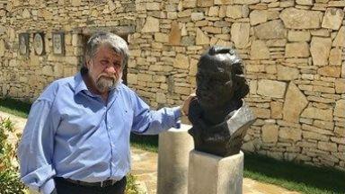 """Рашидов извая паметника на Паисий за """"Двора на кирилицата"""""""