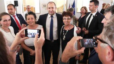 Радев пред нашенци в Словакия: Който гради кариера тук, работи за България