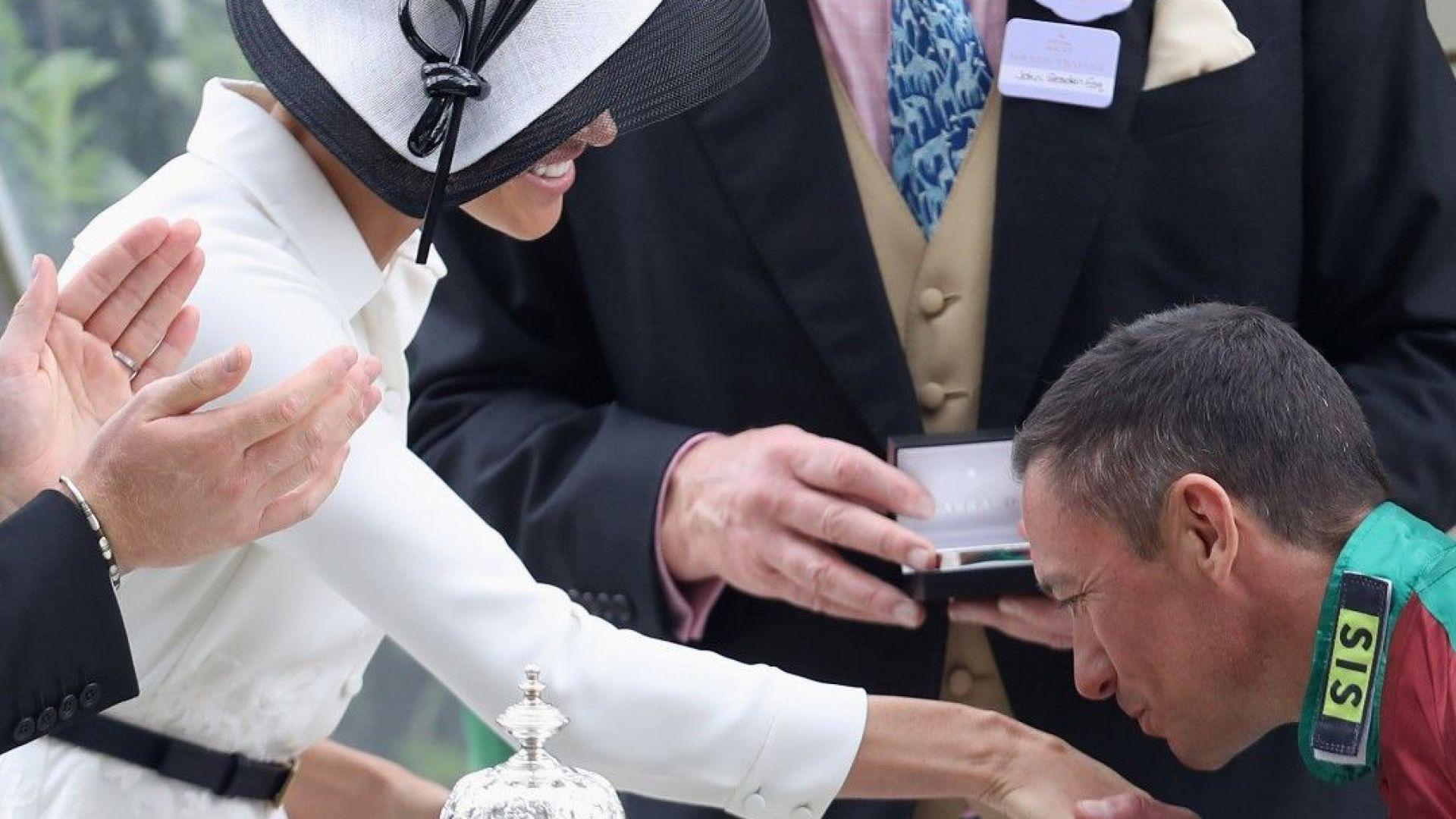 Франки Детори целува ръка на Меган