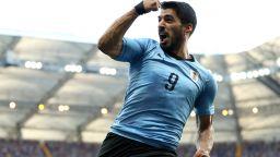 Луис Суарес прати Уругвай на осминафинал в своя мач №100