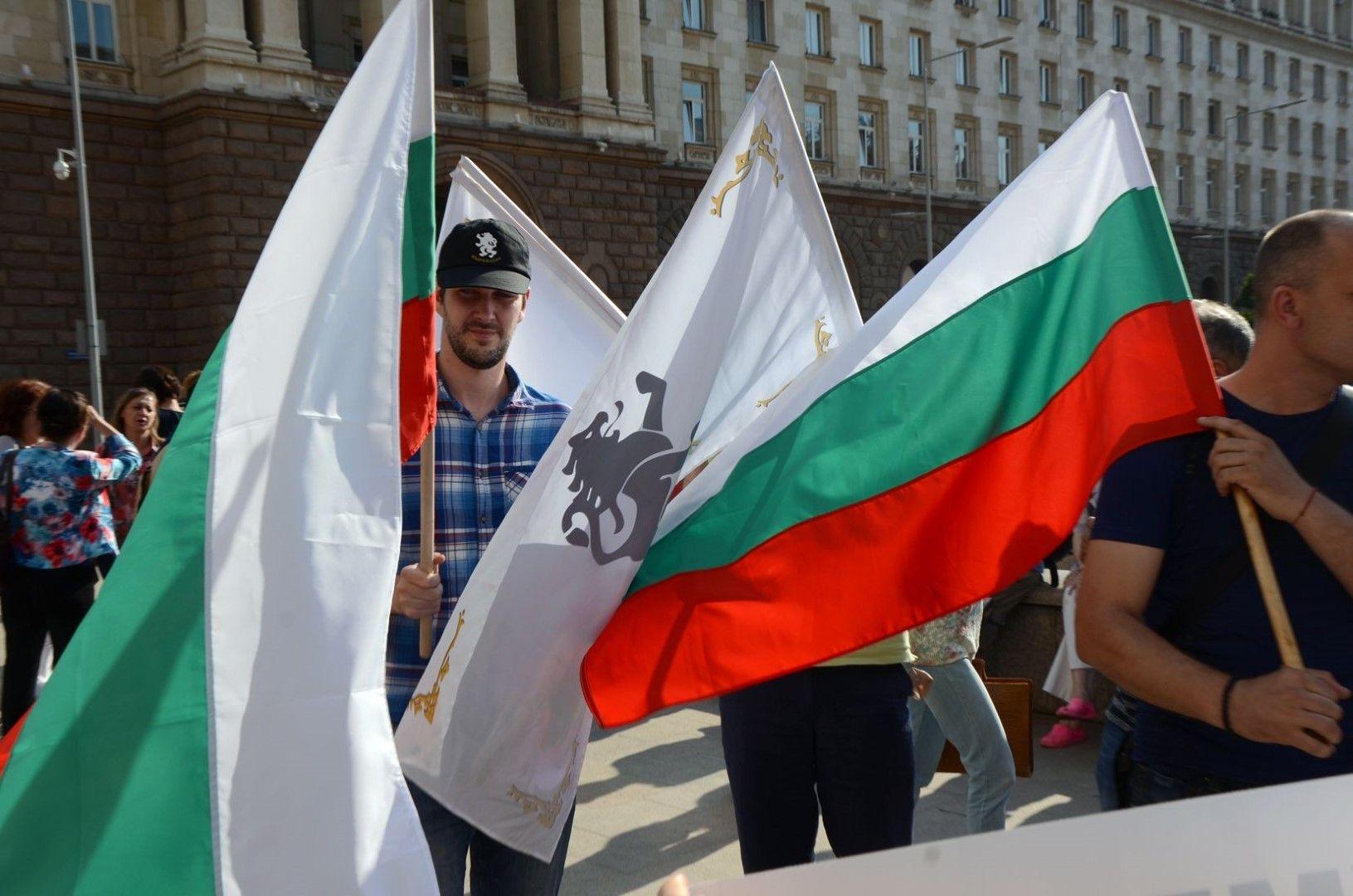 Според протестиращите кабинетът е изтеглил 16 млрд. лв. нови заеми
