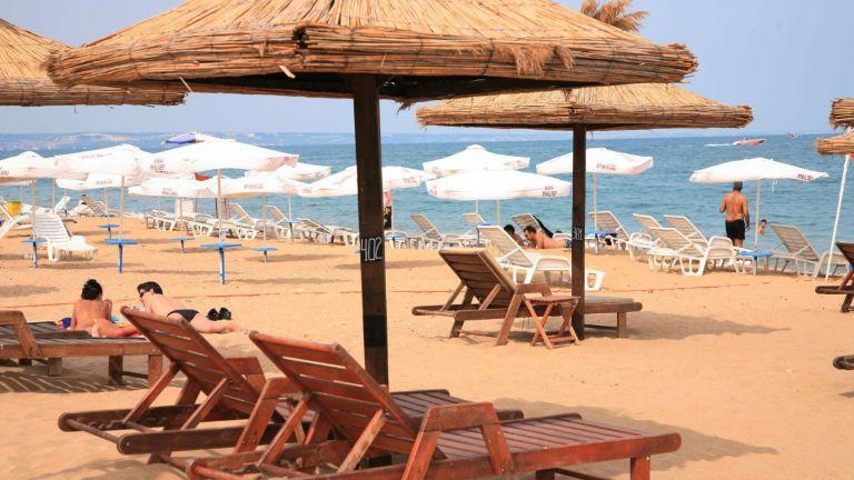 Плащаме по 5 лв. за чадър и шезлонг на варненския плаж
