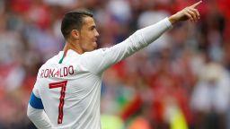 Играч на Мароко беснее: Реферът поиска тениската на Роналдо