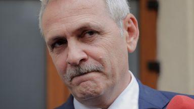 Осъденият на затвор лидер на управляващата в Румъния партия остава на поста