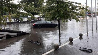 Потоп в Белград, обявиха оранжев код за цяла Сърбия (видео)