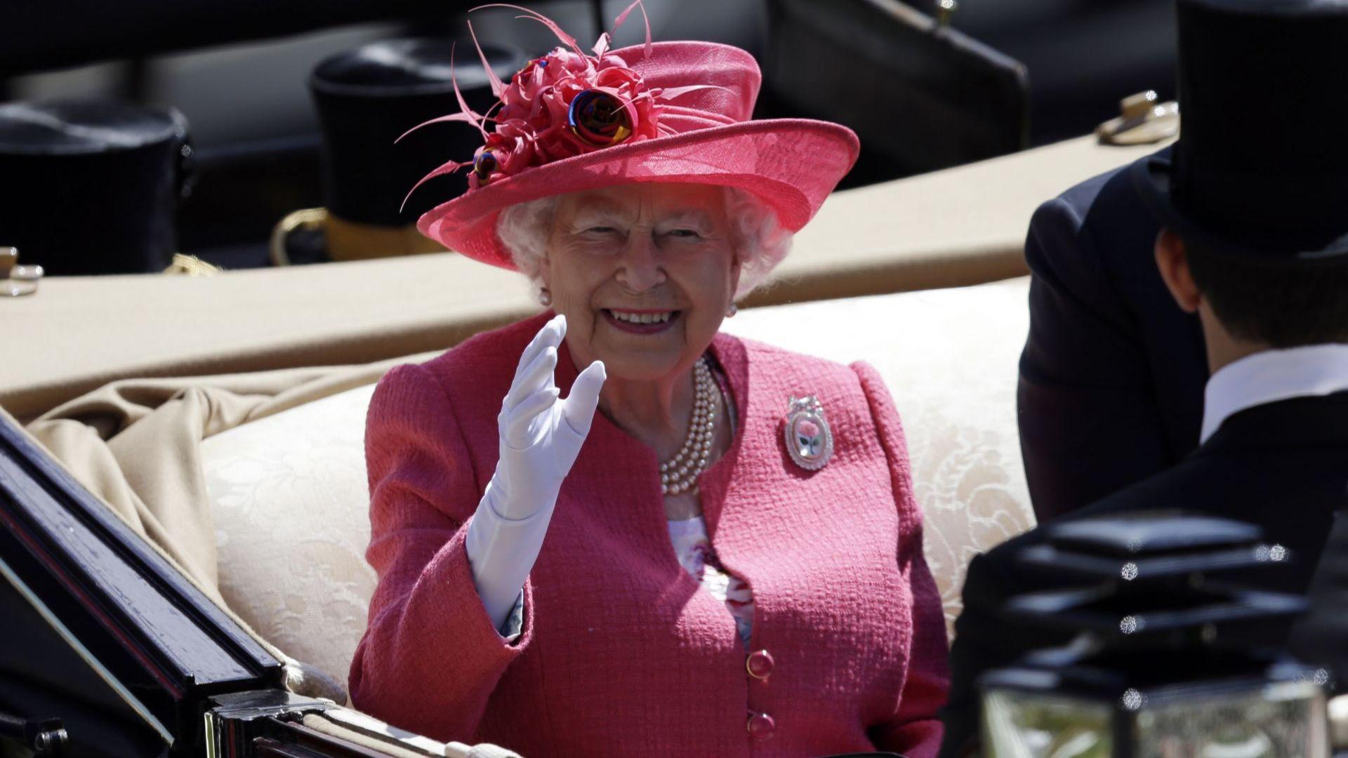 Кралица Елизабет притежава изкуствена ръка за приветствие към публика