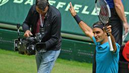 Квалификант затрудни Федерер, но Маестрото е на финал