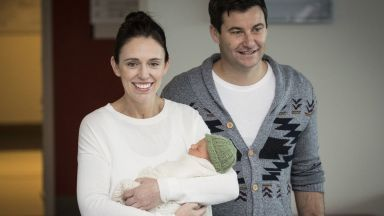 Премиерът на Нова Зеландия с първа публична поява след раждането (снимки)