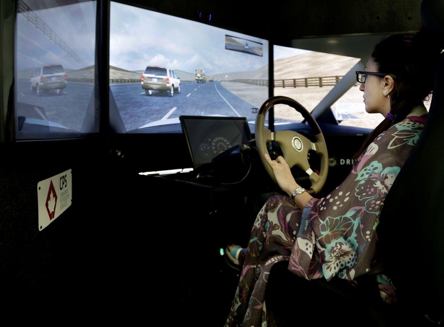 "Студентка се учи да шофира на симулатор в университета ""Принцеса Нора"""