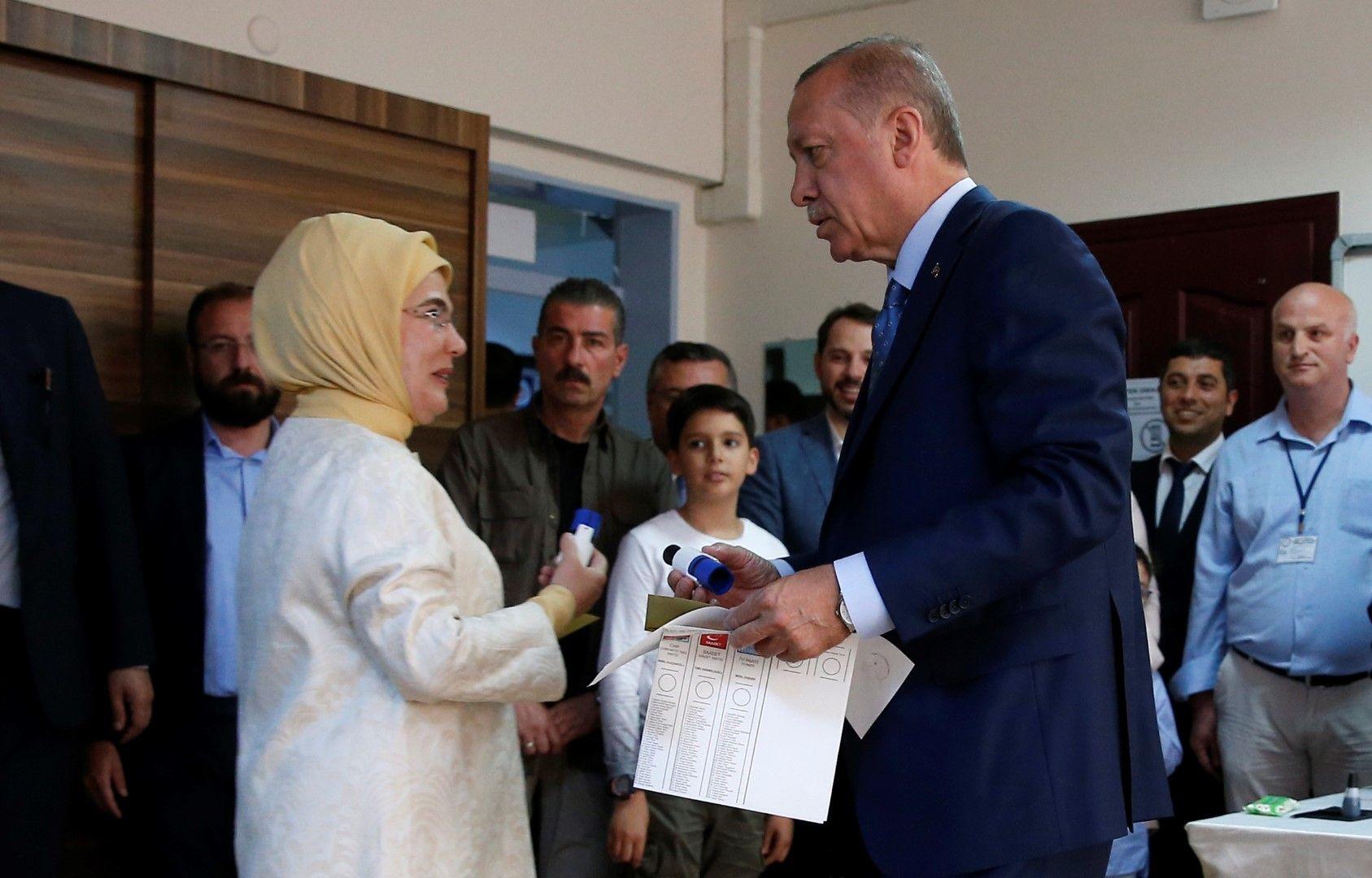 Ердоган гласува заедно със съпругата си