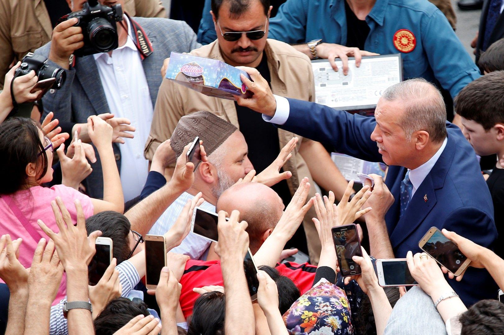 Привърженици на президента го поздравяваха