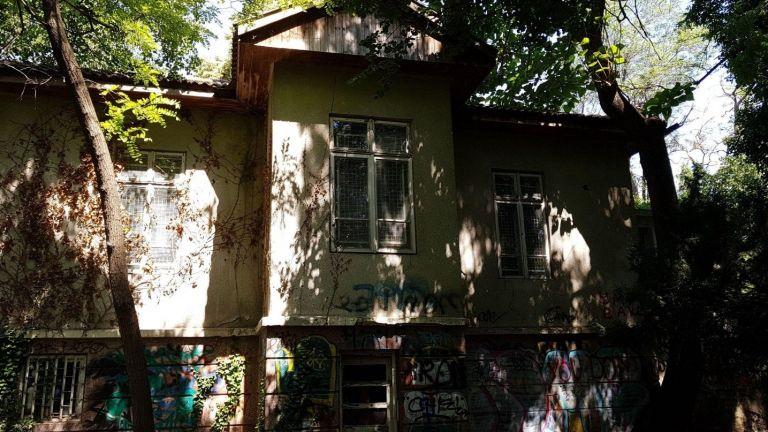 Къщата на Антон Новак, създателят на Морската градина, тъне в мизерия