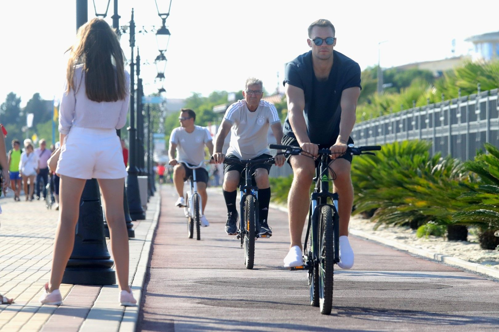 Мануел Нойер и германците опитват да се концентрират с каране на велосипеди, но не им е лесно - с такива руски девойки край лагера им...