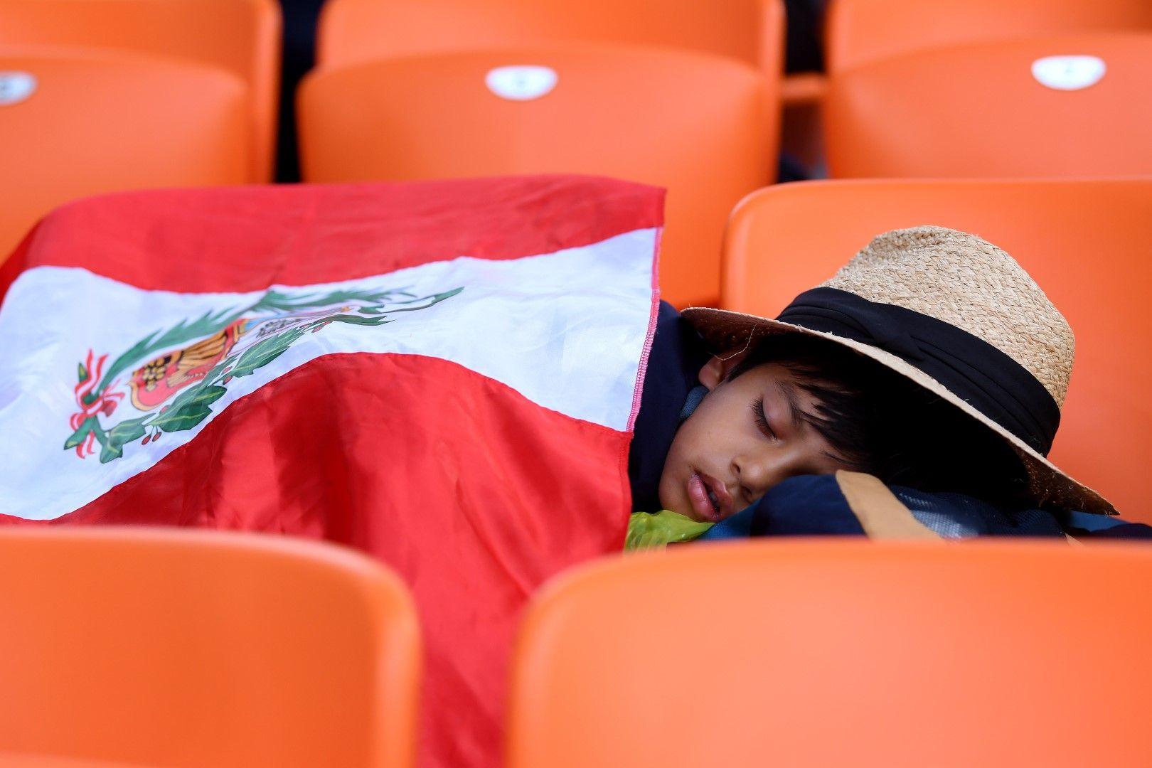 Дали това перуанско хлапе сънува световната купа? Вероятно... Но отборът отпадна с две загуби на старта.