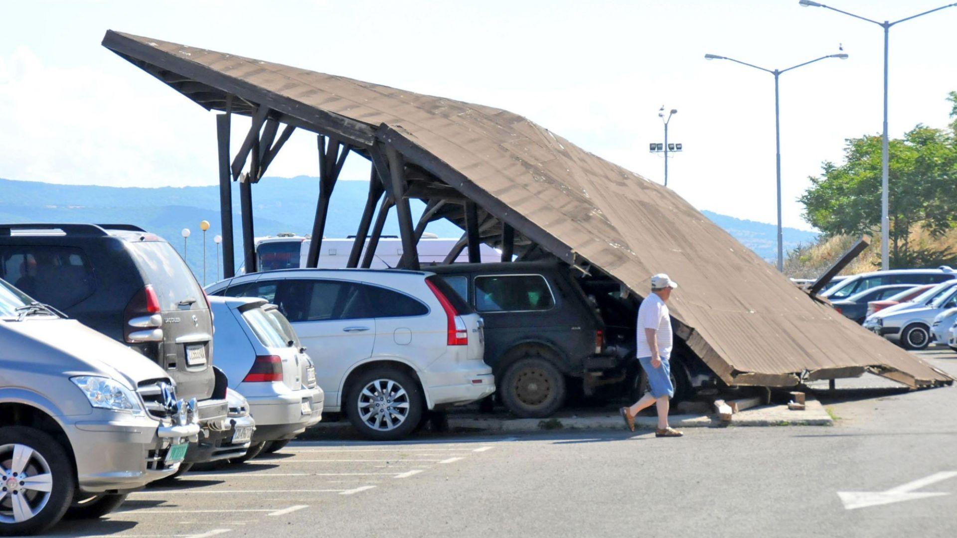 Навес падна върху 6 коли в Несебър (снимки)