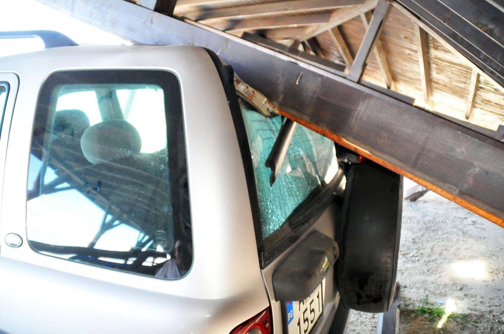 Пострадали са 6 автомобила, паркирани под навеса