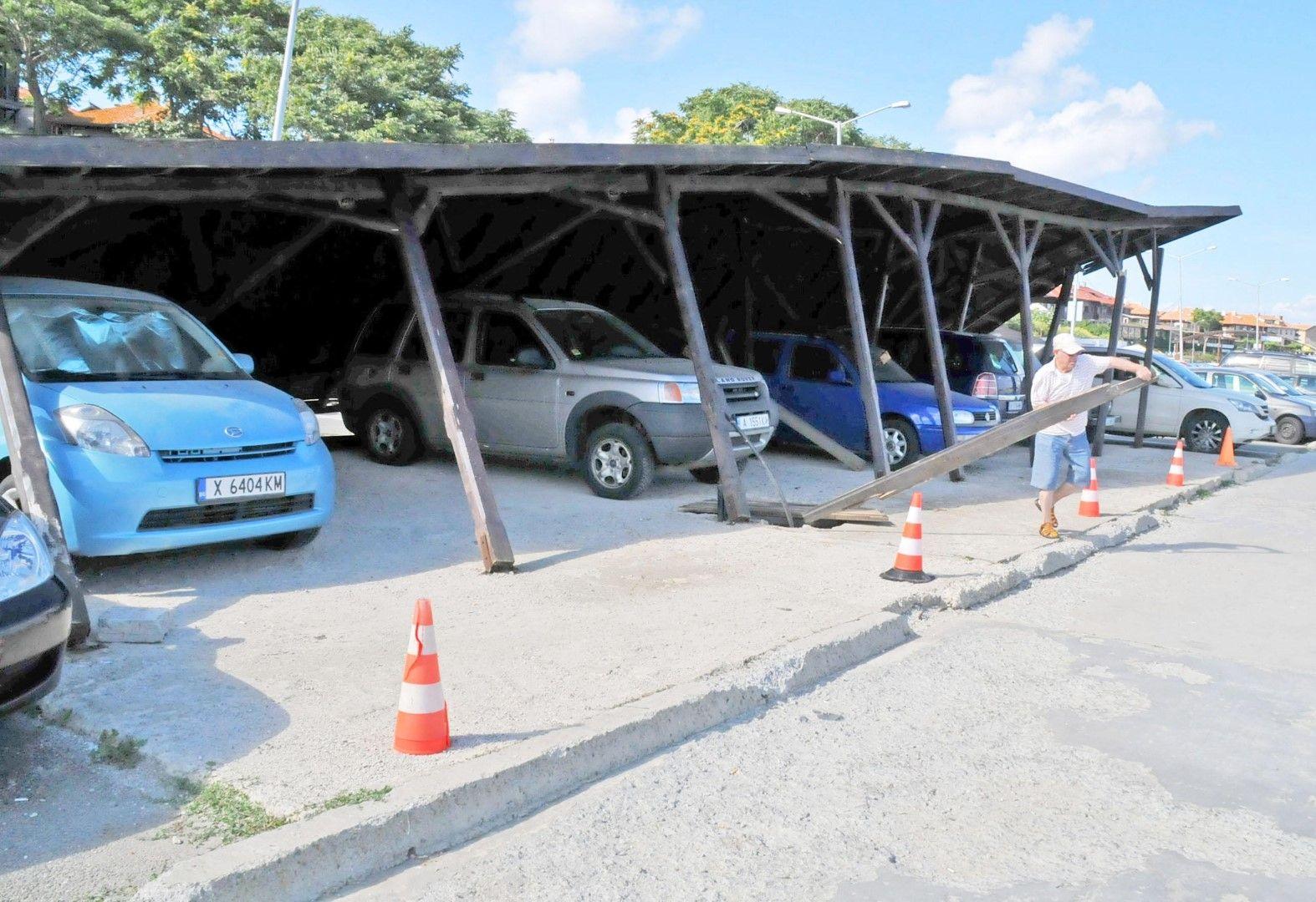 Невесът се намира с на паркинга на Северното пристанище в Несебър се стовари върху спрелите под него автомобили
