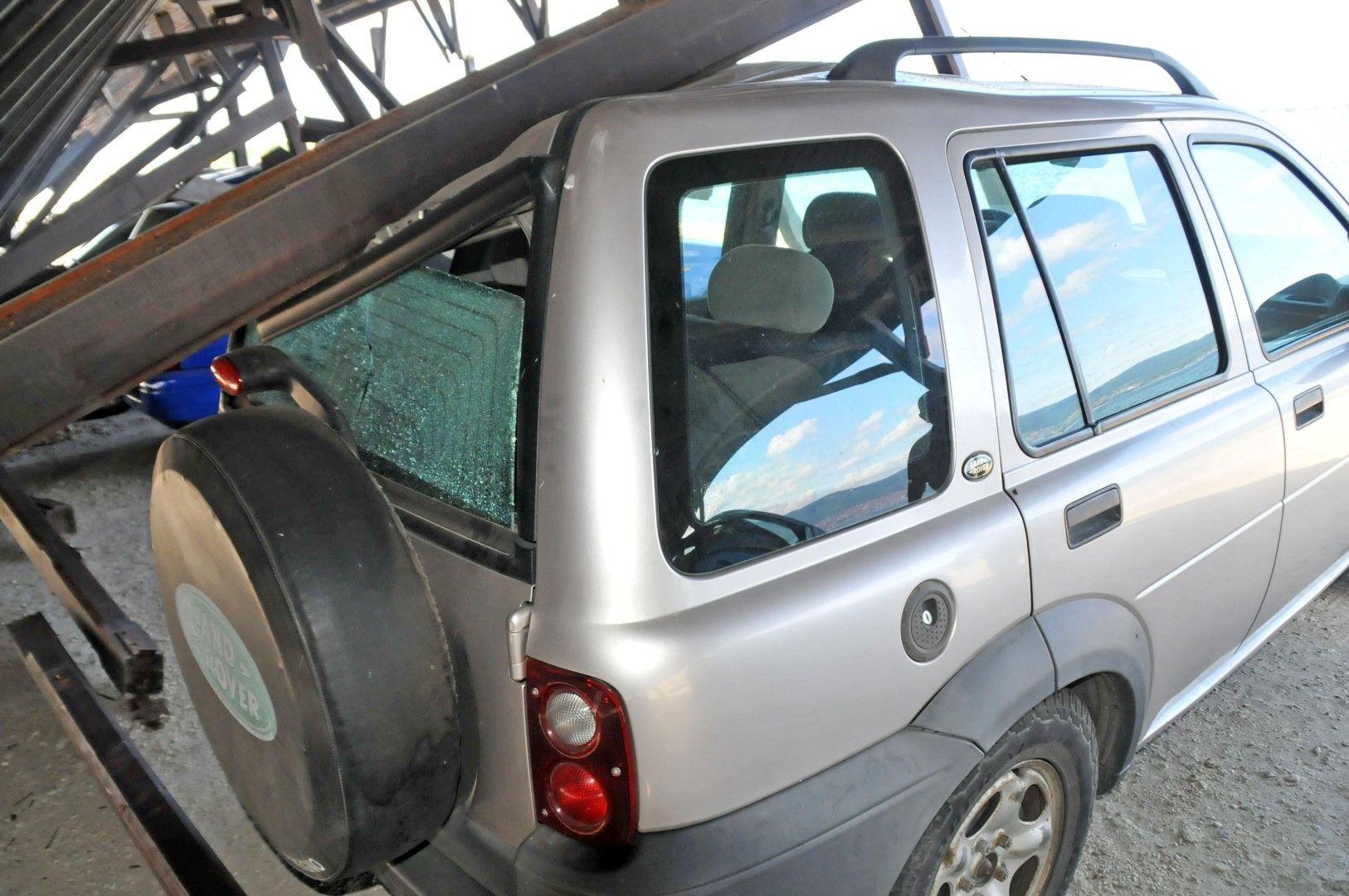 Покрив на навес на паркинга на Северното пристанище в Несебър се стовари върху спрелите под него автомобили