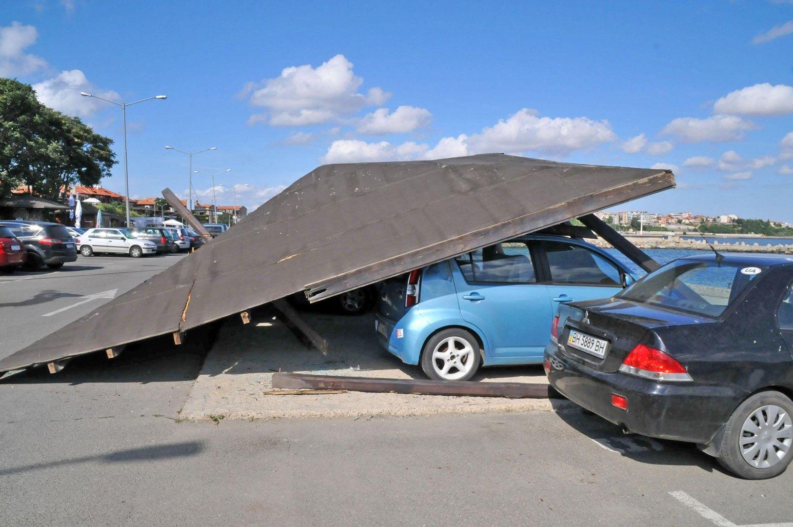 Навес ът се намира на паркинга на Северното пристанище в Несебър