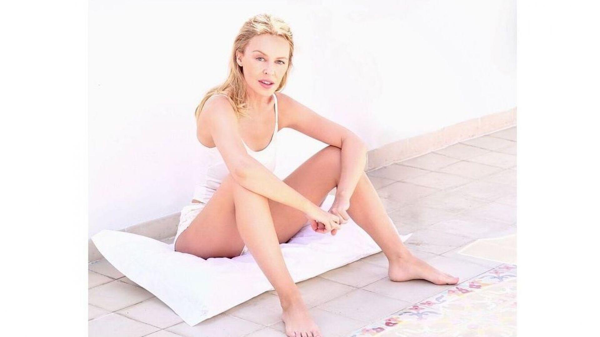 50-годишната Кайли се снима по бельо и без грим
