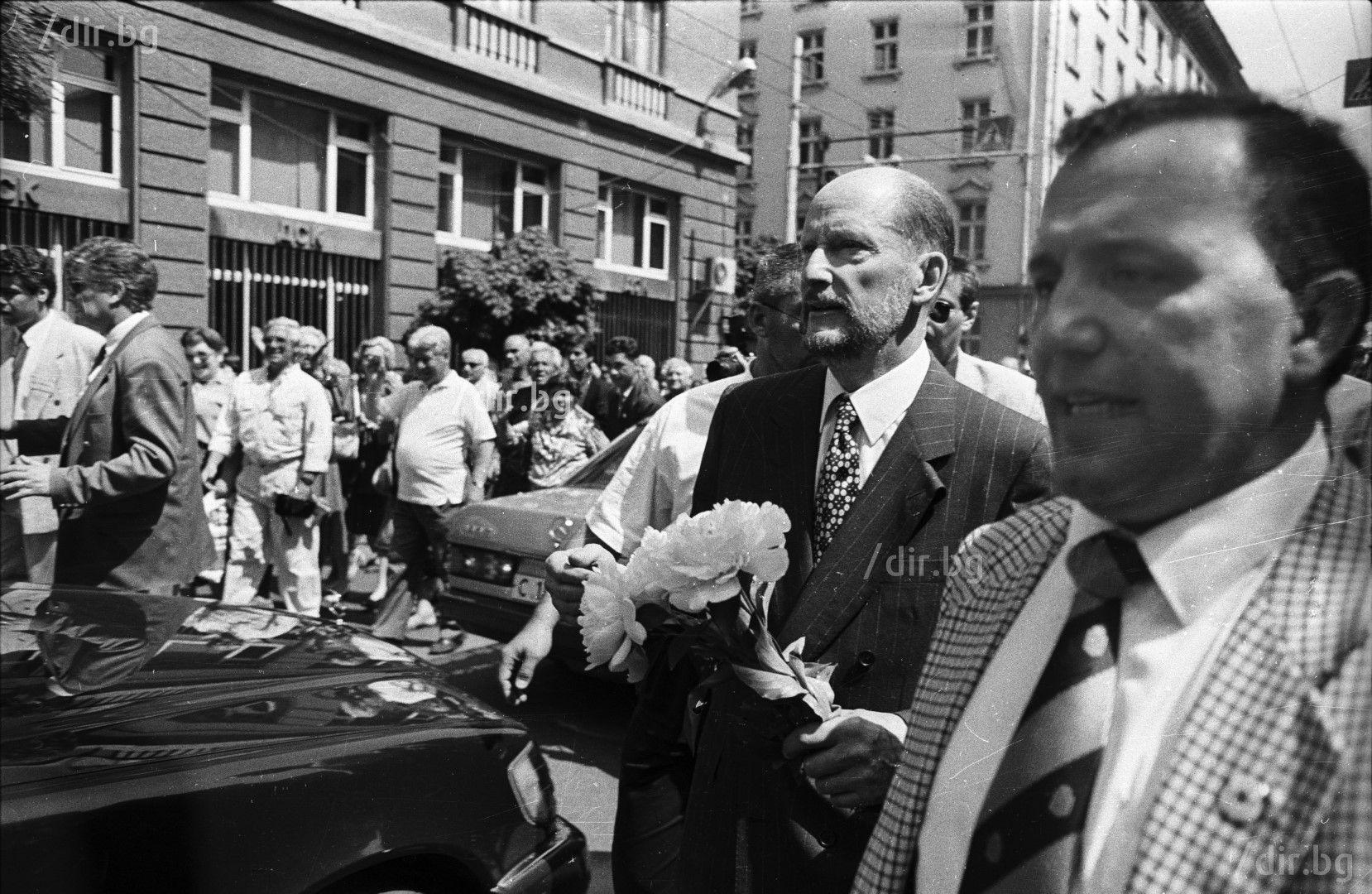 25 май 1996 г. Плътно до Сакскобургготски по време на първото му посещение в България (Снимка: Иван Григоров)