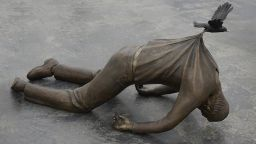 Бронзовите герои на Фредрик Радум - сюрреалистични и мистериозни