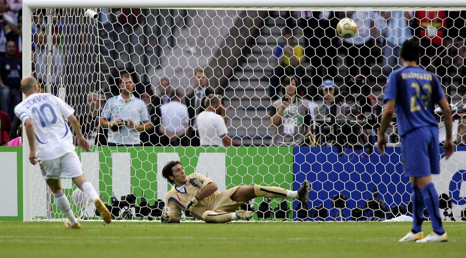 """2006 г., Берлин. Великият Зинедин Зидан има нерви да бие с """"Паненка"""" дузпа на финала на Световното първенство Франция - Италия. И вкара на Буфон!"""