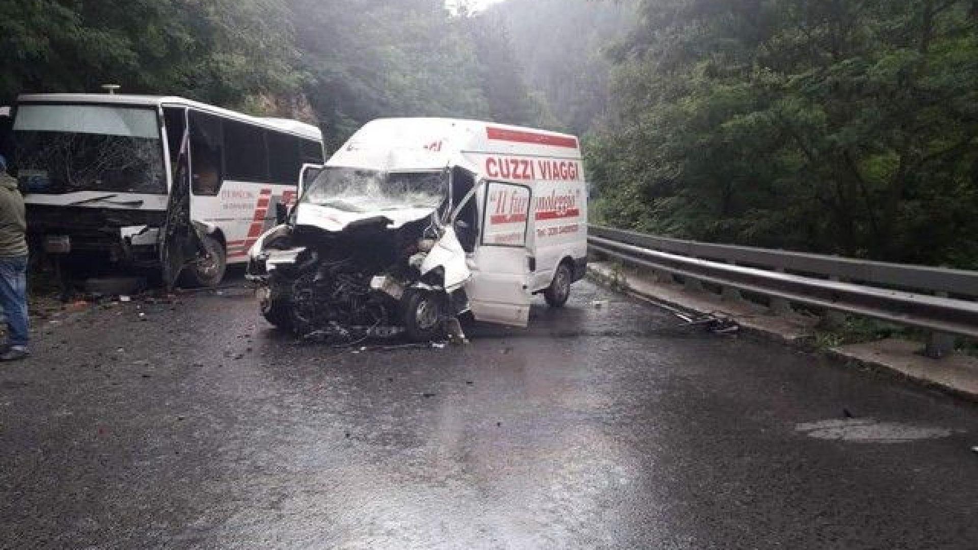 Петима пострадаха при тежка катастрофа край Добринище