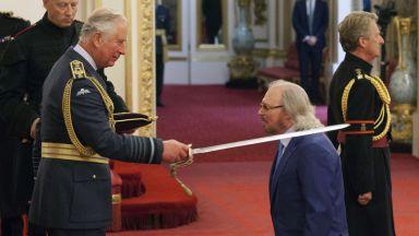 Бари Гиб (Bee Gees) получи рицарско звание от принц Чарлз (снимки)