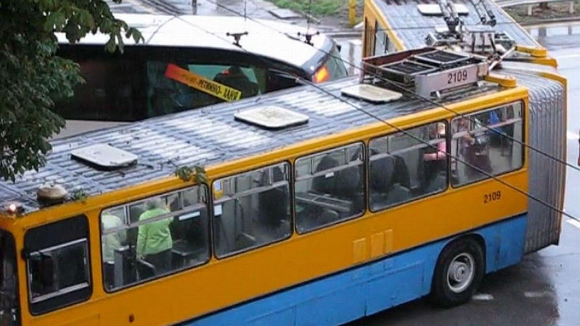 Катастрофа между тролей и автобус в София, жена пострада (видео)