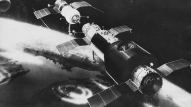 """Корабът """"Союз-11"""" каца успешно, но тримата космонавти вътре са мъртви"""