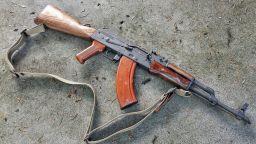 Стреля ли АK-47, ако се потопи в блата, пясък и кал?
