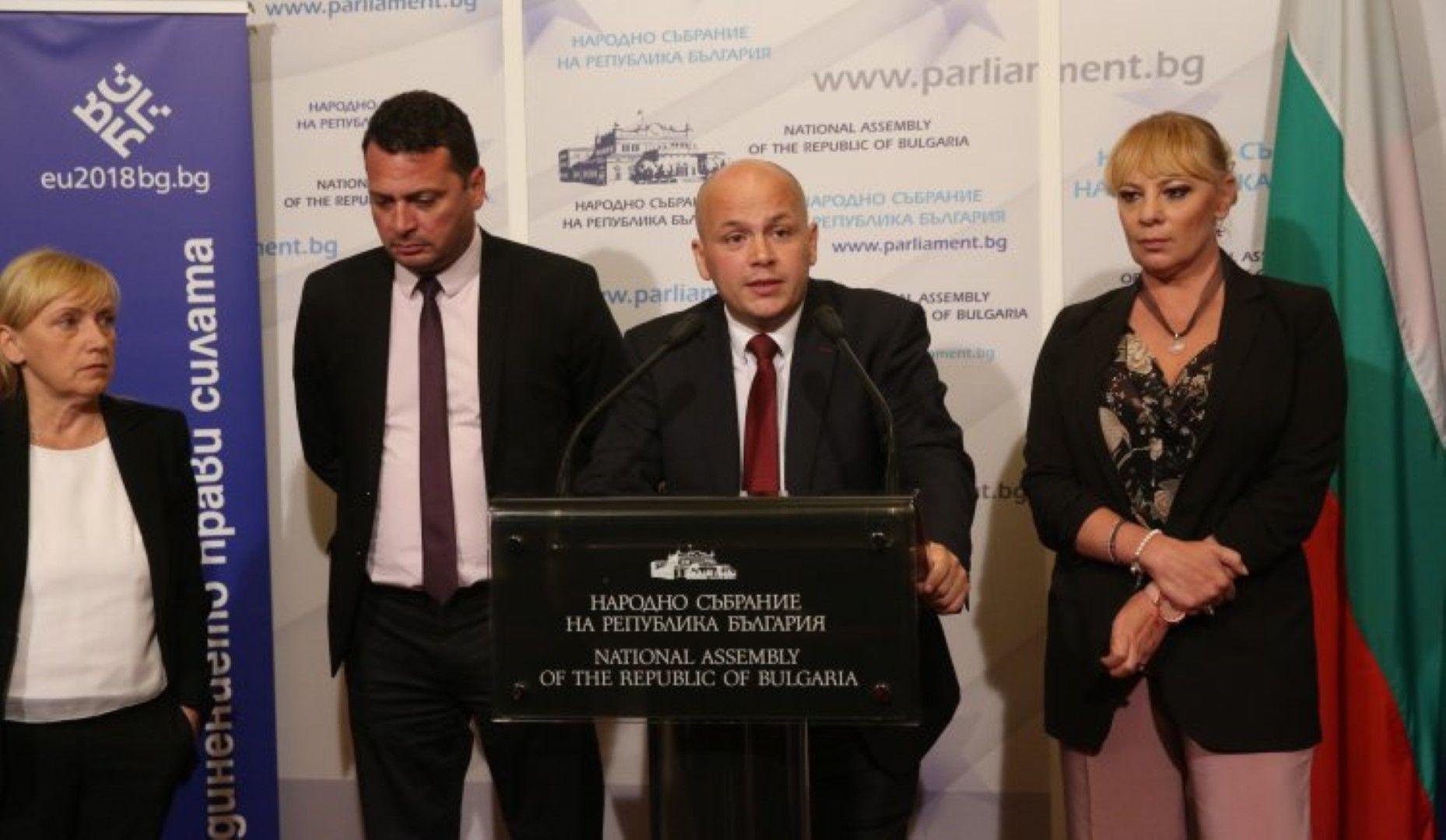 """Александър Симов (в средата) беше журналист във в. """"Дума"""" преди да стане депутат. Актрисата Нона Йотова присъства на брифинга, но не се изказа"""
