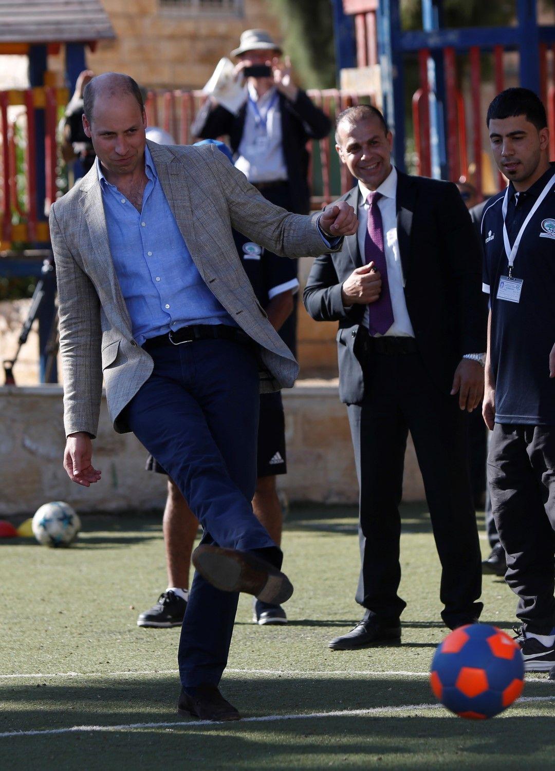 Принцът поигра футбол