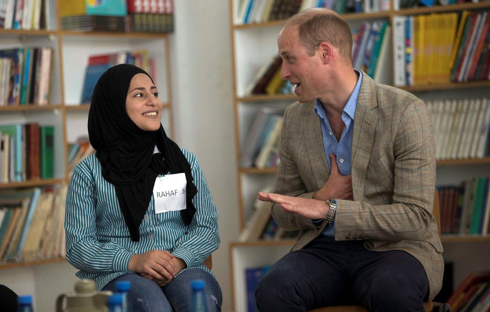 Уилям разговаря с местна студентка