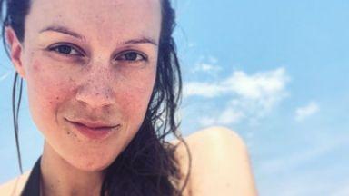 Бременната Дария Симеонова показа коремче на морето (снимки)