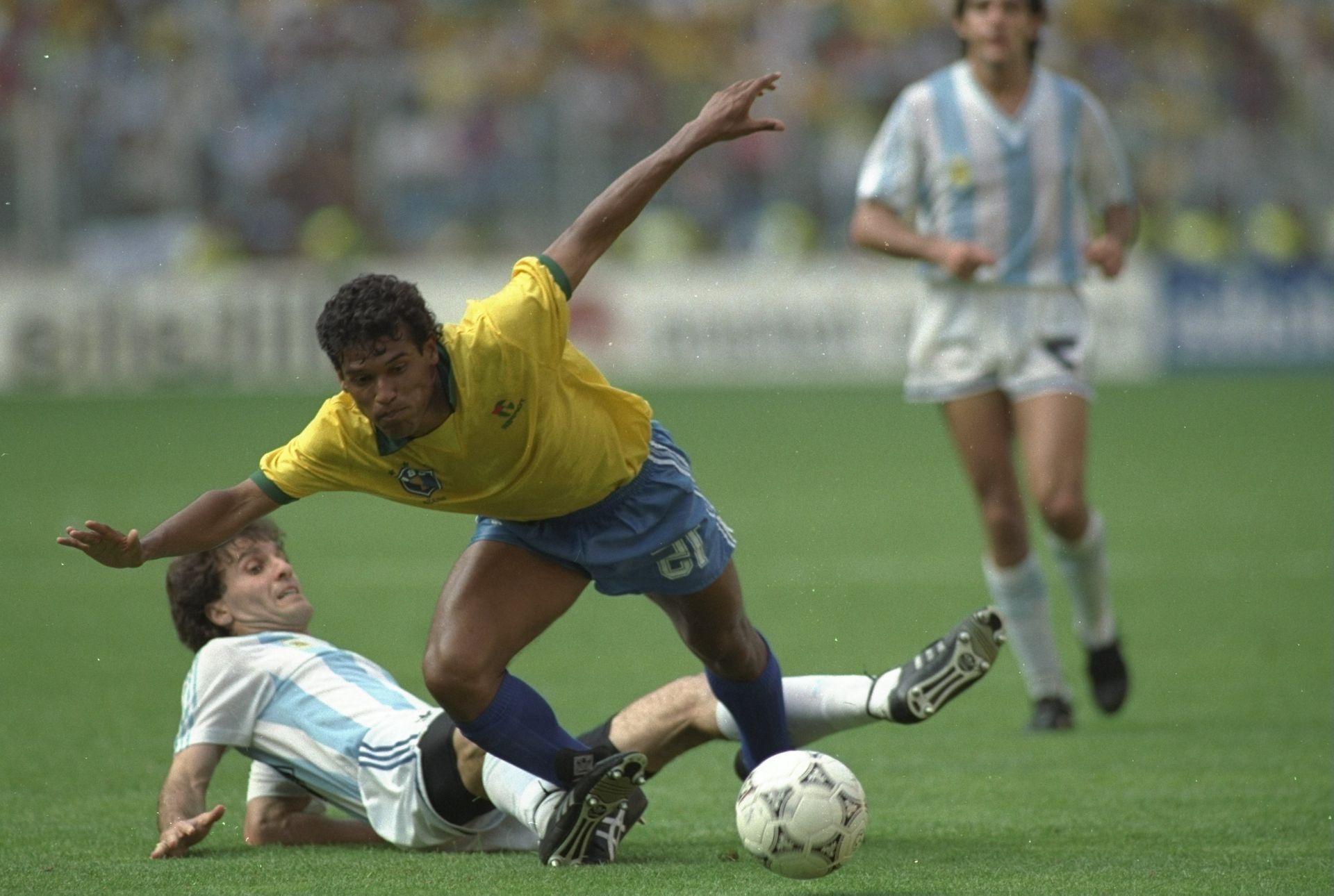 Аржентина спира с всички средства доминиращите бразилци, за да ги изхвърли рано от Мондиал 1990.