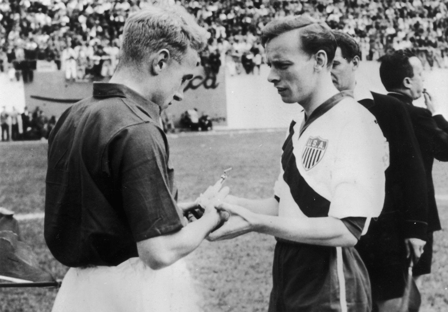 Били Райт, капитанът на англичаните, и Ед Макивени (САЩ) преди паметния мач.