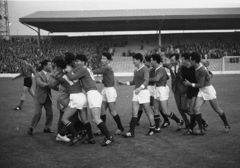Корейците се радват на великата си победа в Мидълзбро над Италия през 1966 г.