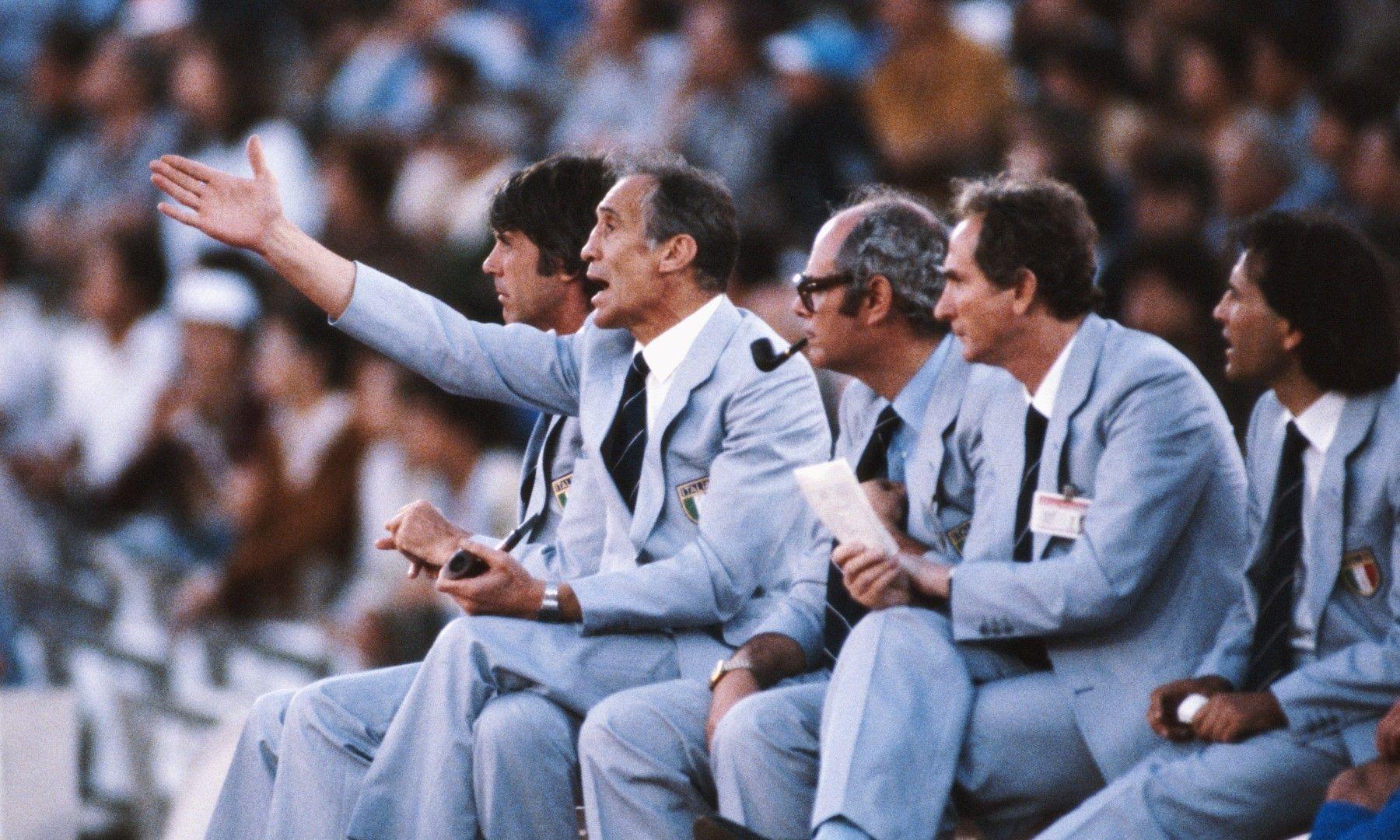 Покойният Енцо Беардзот, извел Италия до титлата през 1982 г., гледа нервно отпадането на отбора през 1986 г.