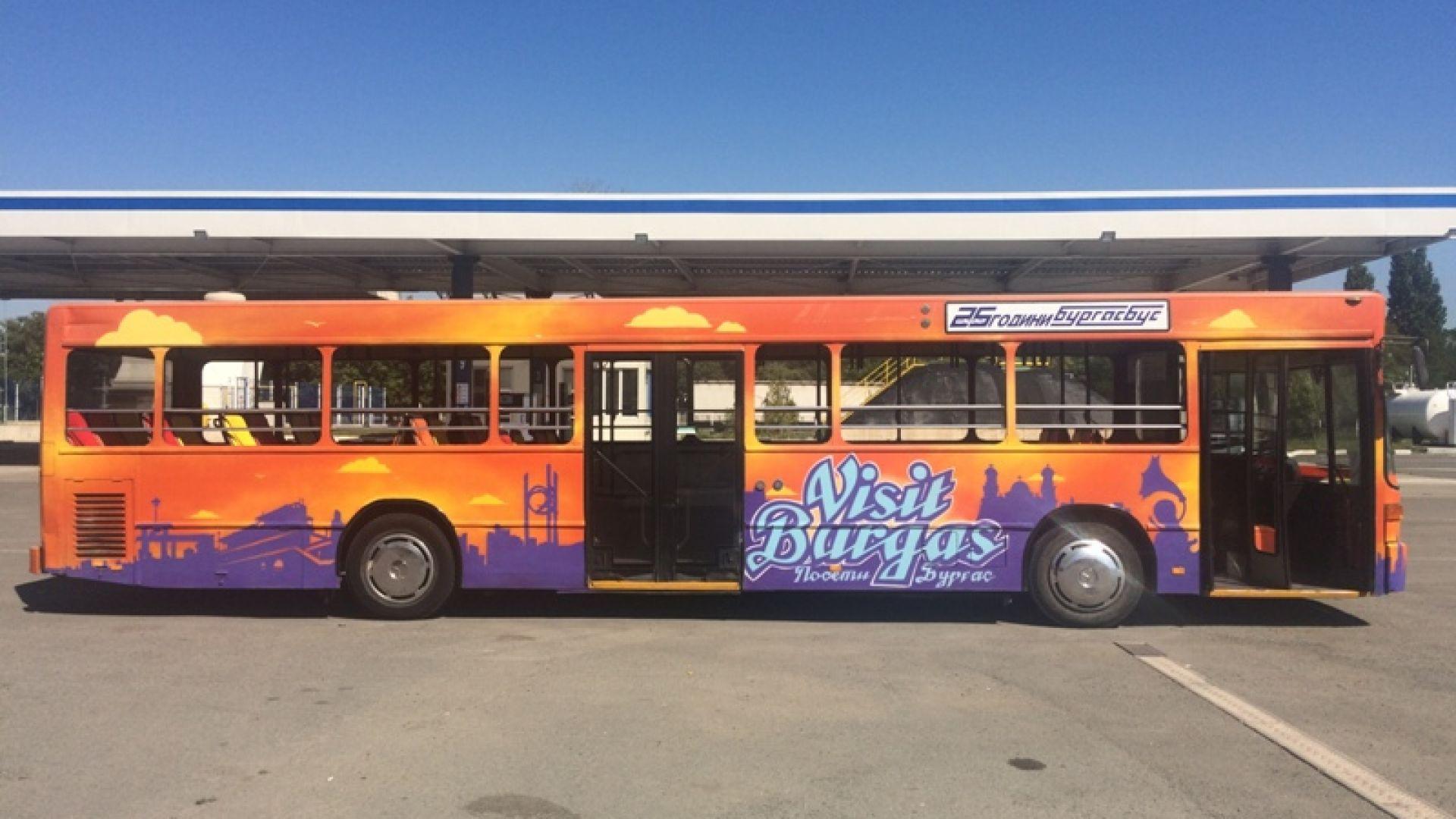 Атракционен автобус вози туристите в Бургас