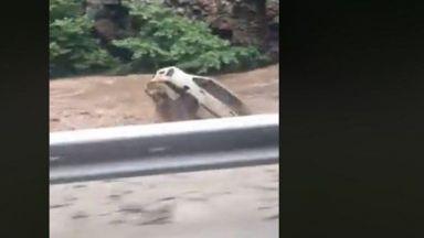 Река Чая отнесе кола край Бачково (видео)