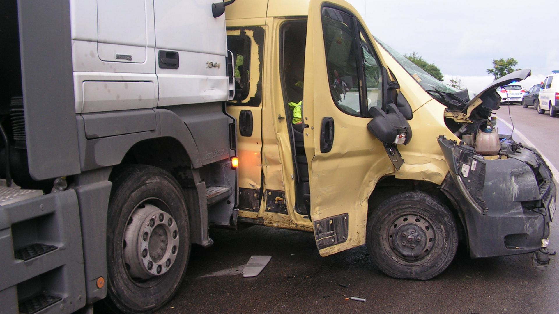 Шофьор на бус загина след изпреварване на ТИР (снимки)