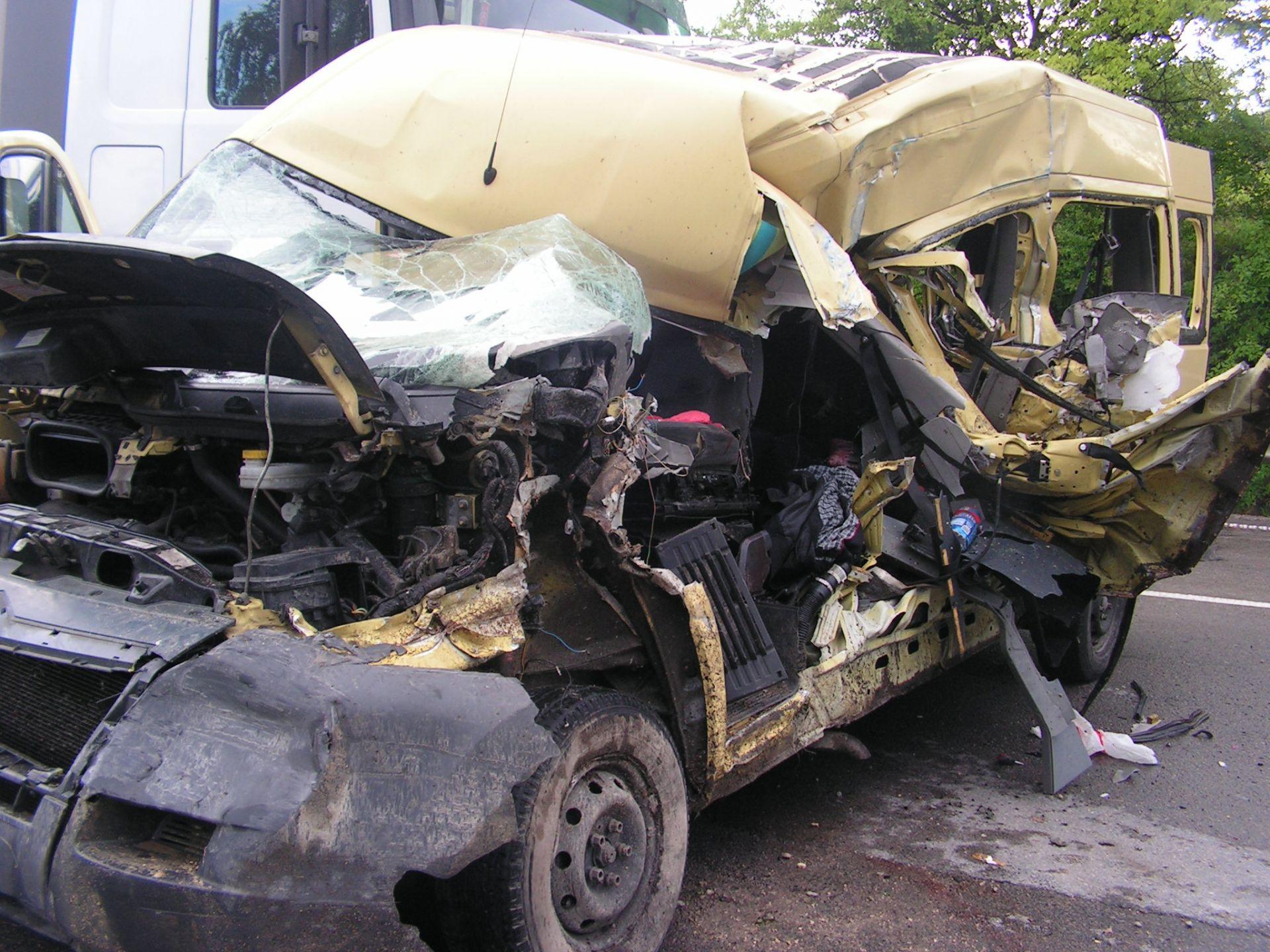 Шофьорът на буса е починал в линейката на път за болница