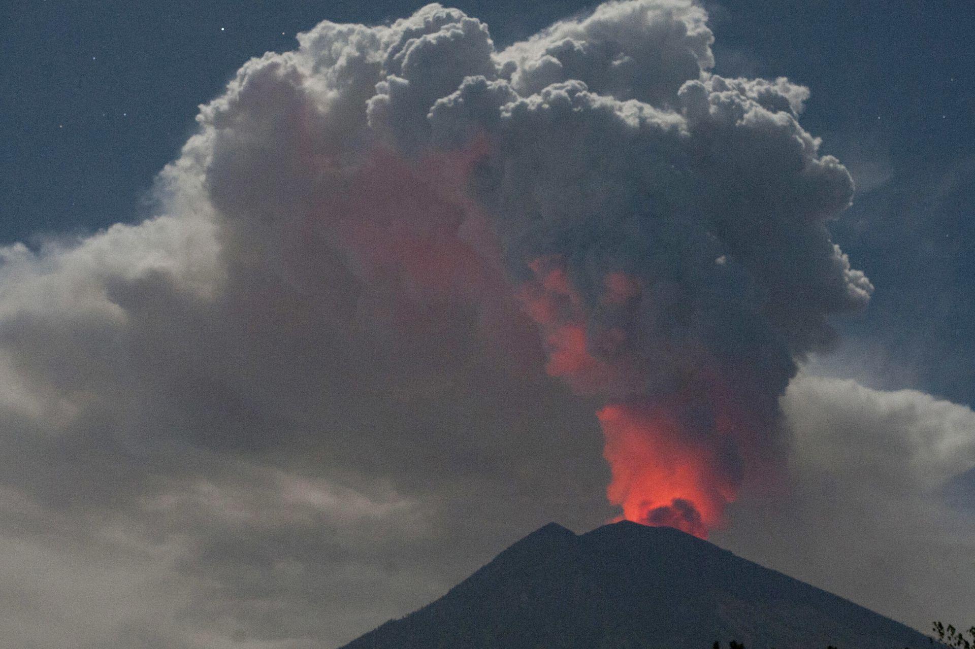 Впечатляващо оранжево-червено сияние може да се види на върха на кратера на планината Агунг